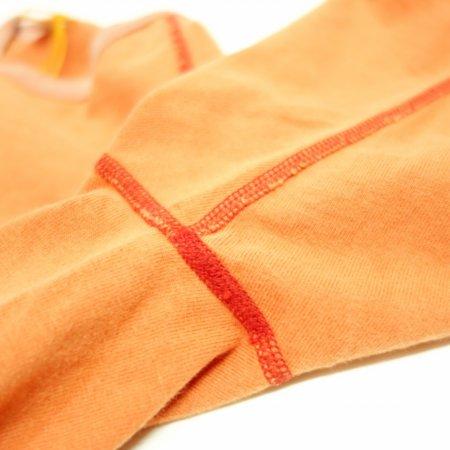 アームホール、肩線は4本針のフラットシーマーで縫製