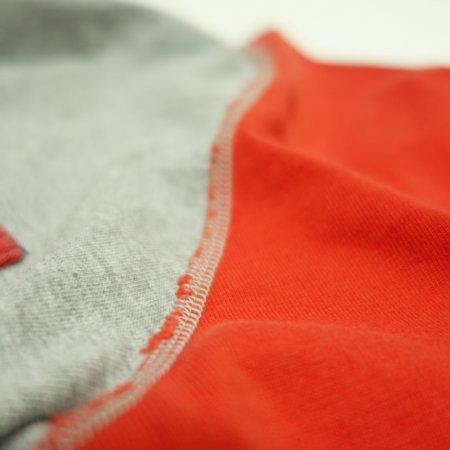 袖周りは4本針のフラットシーマーで縫製