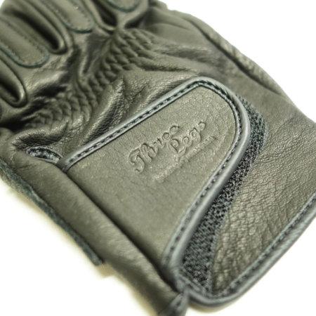 手首のタブにブランド刻印。