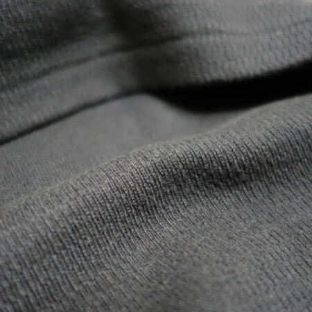 肌に直接触れる裏側は凹凸が少なく上質な着心地を実現。