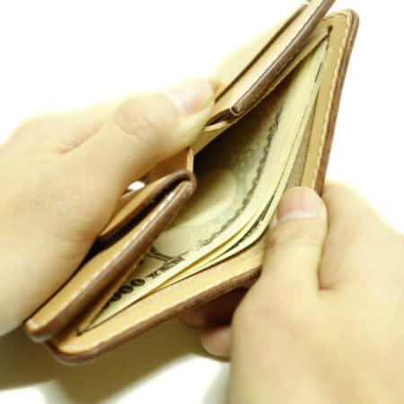 札入れ札入れは一万円札が丁度の大きさです。