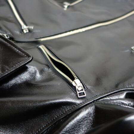 両胸に虫見せのZIPポケット。