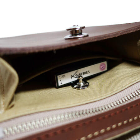 メモ帳やタバコ等を収納できるポケットを備えます。