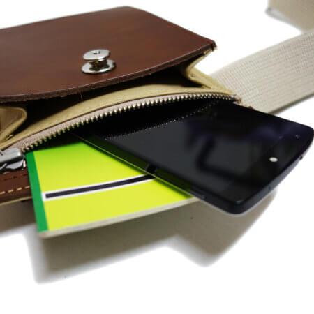 ボディーベース部分はファスナー付ポケット。財布や通帳等の収納に便利です。