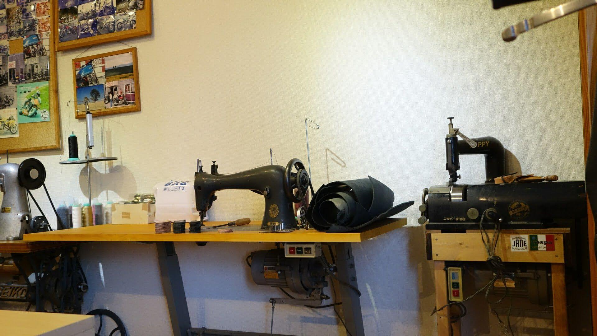 ミシンと革漉き機